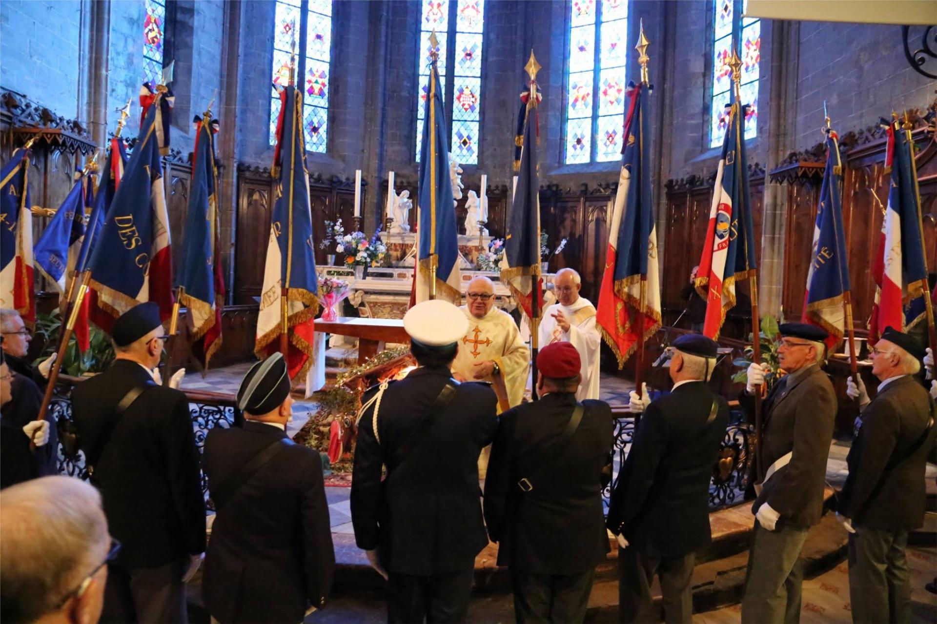 Porte-Drapeaux pendant la messe